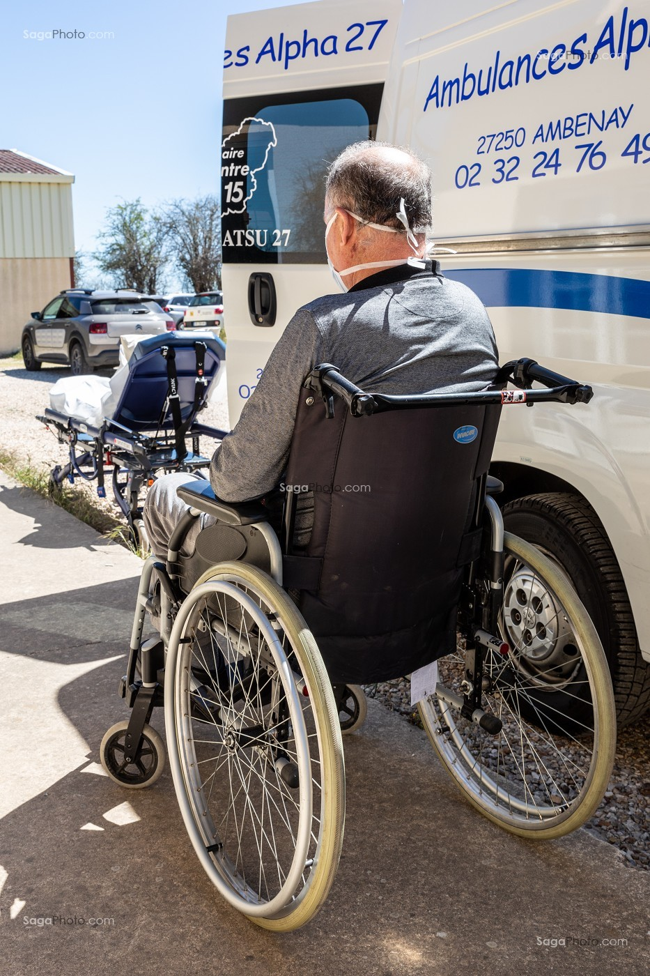 AMBULANCE, ALPHA27, INDIVIDU EN FAUTEUIL ROULANT, AMBENAY, EURE, NORMANDIE, FRANCE, EUROPE