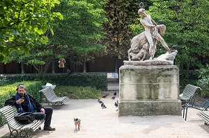 SCULPTURE DE PAUL LEMOYNE, LE PATRE ET LA CHEVRE (1830) JARDIN DU PALAIS ROYAL, PARIS (75), FRANCE