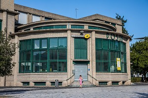 BUREAU DE POSTE ART DECO DE VICHY CONSTRUITE EN 1935 PAR L'ARCHITECTE LEON AZEMA, L'UN DES AUTEURS DU PALAIS DE CHAILLOT A PARIS // PARIS, VICHY, ALLIER, REGION AUVERGNE-RHONE-ALPES, FRANCE // ART DECO POST OFFICE OF VICHY BUILT IN 1935 BY THE ARCHITECT LEON AZEMA, ONE OF THE DESIGNERS OF THE PALAIS DE CHAILLOT IN PARIS, VICHY, ALLIER, AUVERGNE-RHONE-ALPES REGION, FRANCE