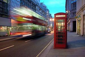 photo de bus anglais rouge red bus et cabine telephonique anglaise symbole de l 39 angleterre. Black Bedroom Furniture Sets. Home Design Ideas