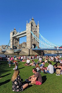 GROUPE DE PERSONNES ASSIS SUR LA PELOUSE DEVANT TOWER BRIDGE, LONDRES, GRANDE-BRETAGNE, EUROPE