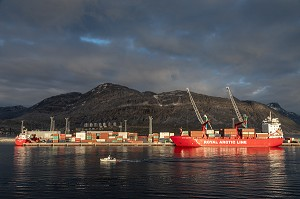 LE ROYAL ARTIC LINE, PORT COMMERCIAL DE NUUK AU COUCHER DE SOLEIL, GROENLAND, DANEMARK
