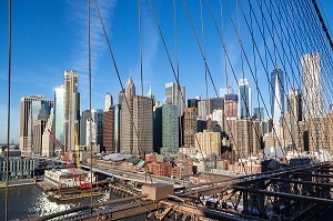 VUE SUR LES TOURS DE LOWER MANHATTAN DEPUIS LE PONT DE BROOKLYN, NEW-YORK, ETATS-UNIS, USA