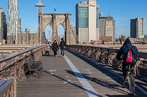 TRAVERSEE PIETIONS ET VELOS DU PONT DE BROOKLYN, MANHATTAN, NEW-YORK, ETATS-UNIS, USA