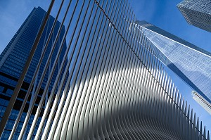 DETAIL DE L'OCULUS GARE FUTURISTE EN FORME D'AILES D'OISEAU DEVANT LA TOUR DU ONE WORLD TRADE CENTER, MANHATTAN, NEW-YORK, ETATS-UNIS, USA