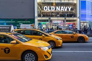 TAXIS JAUNES DEVANT LES MAGASINS (OLD NAVY), TIMES SQUARE, MANHATTAN, NEW-YORK, ETATS-UNIS, USA