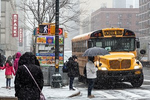 BUS SCOLAIRE UN JOUR DE NEIGE (SCHOOL BUS), BROADWAY, MANHATTAN, NEW-YORK, ETATS-UNIS, USA
