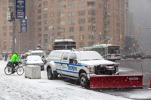 VOITURE DE POLICE EQUIPEE CHASSE NEIGE DEVANT LE ROND POINT DE COLUMBUS CIRCLE, CENTRAL PARK, MANHATTAN, NEW-YORK, ETATS-UNIS, USA