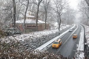 ROUTE TRAVERSANTE, 65TH STREET TRANSVERSE, CENTRAL PARK UN JOUR DE NEIGE, MANHATTAN, NEW-YORK, ETATS-UNIS, USA