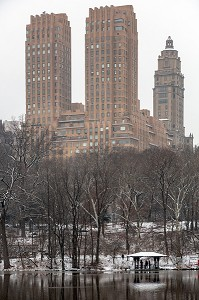 LE LAC EN HIVER ET LES TOURS DU MAYFAIR TOWERS, CENTRAL PARK UN JOUR DE NEIGE, MANHATTAN, NEW-YORK, ETATS-UNIS, USA