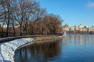 LE RESERVOIR D'EAU JACQUELINE KENNEDY ONASSIS, CENTRAL PARK SOUS LA NEIGE, MANHATTAN, NEW-YORK, ETATS-UNIS, USA