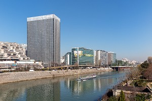 PENICHE SUR LA SEINE DEVANT LA TOUR ALLIANZ, PARIS-LA DEFENSE, COURBEVOIE, FRANCE
