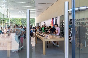 AFFLUENCE AU MAGASIN D'ELECTRONIQUE APPLE CENTER (ORDINATEURS ET TELEPHONES), PLACE DU GENERAL DE GAULLE, AIX-EN-PROVENCE, BOUCHES-DU RHONE, FRANCE