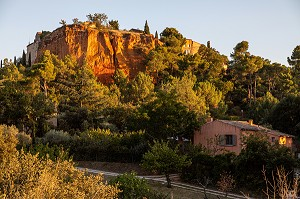 VILLAGE CLINGING TO THE OCHRE QUARRIES, ROUSSILLON, LUBERON, FRANCE