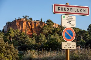 ENTRY SIGN FOR THE TOWN UNDER VIDEO SURVEILLANCE, ROUSSILLON, VAUCLUSE, LUBERON, FRANCE