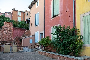 VILLAGE HOUSES IN THE COLORS OF THE LOCAL OCHRE, ROUSSILLON, VAUCLUSE, REGIONAL NATURE PARK OF THE LUBERON, FRANCE
