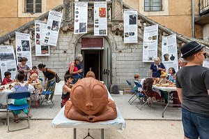 ACTIVITIES FOR CHILDREN ON VACATION, POTTERS' FESTIVAL AND MARKET IN THE PUBLIC GARDEN, APT, VAUCLUSE, LUBERON, FRANCE