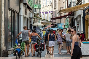 VERY LIVELY PEDESTRIAN SHOPPING STREET, APT, VAUCLUSE, LUBERON, FRANCE