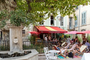 FOUNTAIN AND THE BISTRO DU SEPTIER, LOUNGE CHAIRS AND PARASOLS, PLACE DU SEPTIER, APT, VAUCLUSE, LUBERON, FRANCE