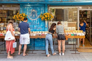 CUSTOMERS IN FRONT OF THE INDEPENDENT BOOKSTORE MISTRAL BIBLIOTHEQUE, RUE CARNOT, ISLE-SUR-LA-SORGUE, VAUCLUSE, LUBERON, FRANCE