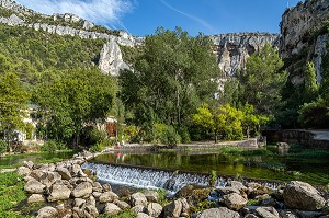WATER BASIN IN THE SORGUE ENCLOSED BY THE MOUNTAINS, FONTAINE-DE-VAUCLUSE, VAUCLUSE, LUBERON, FRANCE