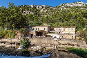 HOUSES AND STROLLING ON THE BANKS OF THE SORGUE, FONTAINE-DE-VAUCLUSE, VAUCLUSE, LUBERON, FRANCE
