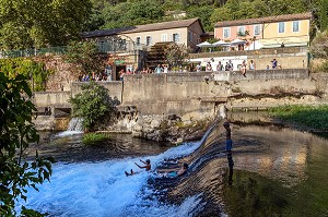 WATER PLAY, HOUSES AND STROLLING ON THE BANKS OF THE SORGUE, FONTAINE-DE-VAUCLUSE, VAUCLUSE, LUBERON, FRANCE