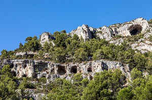 PREHISTORIC CAVE HOUSES CLINGING TO THE MOUNTAIN CLIFFS, FONTAINE-DE-VAUCLUSE, VAUCLUSE, LUBERON, FRANCE