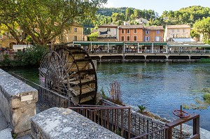WATER WHEEL ON THE SORGUE IN FRONT OF THE VILLAGE HOUSES, FONTAINE-DE-VAUCLUSE, VAUCLUSE, LUBERON, FRANCE