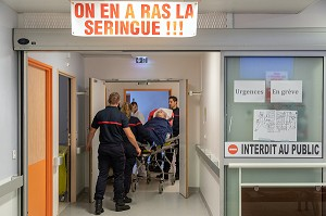 SERVICES DES URGENCES DE L'HOPITAL EN GREVE, SLOGAN 'ON EN A RAS LA SERINGUE', AUXERRE, YONNE, FRANCE