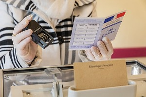 VERIFICATION DE LA CARTE D'ELECTEUR AVANT LE VOTE, ELECTION MUNICIPALE DU PREMIER TOUR RESPECTANT LES CONSIGNES SANITAIRES FACE A LA PANDEMIE DU CORONAVIRUS, BUREAU DE VOTE DE RUGLES, NORMANDIE, FRANCE