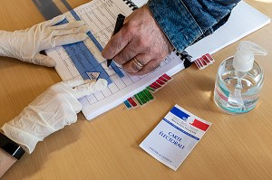 EMARGEMENT DE LA LISTE DES VOTANTS, ELECTION MUNICIPALE DU PREMIER TOUR RESPECTANT LES CONSIGNES SANITAIRES FACE A LA PANDEMIE DU CORONAVIRUS, BUREAU DE VOTE DE RUGLES, NORMANDIE, FRANCE