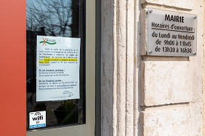 FERMETURE DE LA MAIRIE SUITE AU CONFINEMENT, MESURES SANITAIRES DE PREVENTION SUITE A L'EPIDEMIE DE CORONAVIRUS, RUGLES, NORMANDIE, FRANCE