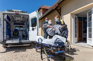 AMBULANCE, ALPHA27, INTERVENTION CHEZ L'HABITANT, PRISE EN AMBULANCE, ALPHA27, INTERVENTION AT A PERSON'S HOME, PUTTING THE PATIENT IN THE AMBULANCE, CHARGE EN PERIODE DE COVID-19, AMBENAY, EURE, NORMANDIE, FRANCE, EUROPE