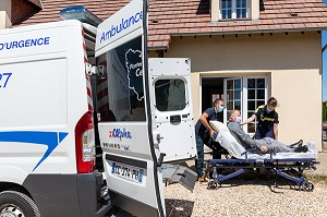 AMBULANCE, ALPHA27, INTERVENTION CHEZ L'HABITANT, PRISE EN CHARGE, AMBENAY, EURE, NORMANDIE, FRANCE, EUROPE