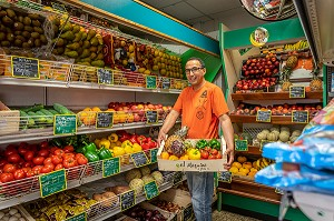 HASSAN DANS SON EPICERIE ENTOURE PAR SES FRUITS ET LEGUMES, RUGLES, EURE, NORMANDIE, FRANCE, EUROPE
