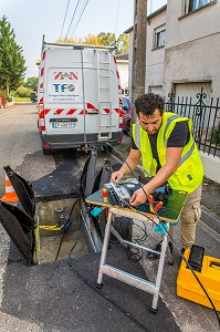 - POSE D'UN RESEAU INTERNET DE FIBRE OPTIQUE, FRANCE