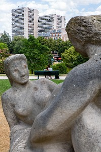 COUPLE D'AMOUREUX ET SCULPTURE GROUPE DE BAIGNEUSE DE MORICE LIPSI, PARC MONTSOURIS, PARIS, 14EME ARRONDISSEMENT, FRANCE, EUROPE