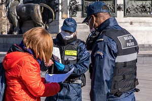 CONTROLE D'ATTESTATION DE DEPLACEMENT DEROGATOIRE LORS DU CONFINEMENT DE LA PANDEMIE DU COVID 19 PAR DES AGENTS DE SURVEILLANCE DE PARIS, ASP, PLACE DE LA REPUBLIQUE, PARIS, ILE DE FRANCE