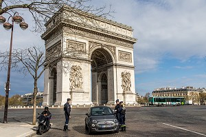 CONTROLE DE POLICE, VERIFICATION DES ATTESTATIONS DE DEPLACEMENT DEROGATOIRE LORS DU CONFINEMENT DE LA PANDEMIE DU COVID 19 PAR LA POLICE NATIONALE, ARC DE TRIOMPHE, PLACE DE L'ETOILE, PARIS, ILE DE FRANCE