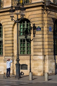 PHOTOGRAPHE AMATEUR, PLAQUE DE RUE, PLACE VENDOME ET OMBRE D'UN LAMPADAIRE, PARIS, FRANCE, 1ER ARRONDISSEMENT, PARIS, FRANCE