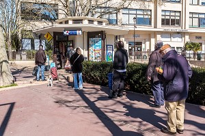 FILE D'ATTENTE DEVANT UN KIOSQUE A JOURNAUX EN RESPECTANT LES DISTANCES DE SECURITE LORS DE LA PANDEMIE DU COVID 19, PARIS, ILE DE FRANCE