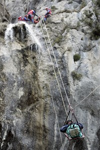 SAPEURS-POMPIERS EN INTERVENTION SUR UNE EVACUATION SUR CORDE (TECHNIQUE DE LA TYROLIENNE) D'UNE VICTIME PAR L'EQUIPE SPECIALISEE DU GRIMP, SECOURS SUR UN ACCIDENT DE CANYONING, CANYON DU VALLON DU RAIS - CASCADE DU RAY, ESCRAGNOLES, ALPES-MARITIMES (06), FRANCE