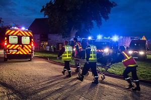 EVACUATION D'UNE VICTIME SUR UN BRANCARD PAR LES SAPEURS-POMPIERS, INTERVENTION SUITE A L'EFFONDREMENT DE GRADINS PENDANT UN SPECTACLE MUSICAL, EXERCICE DE SECURITE CIVILE, CHATEAU DE SAINTE-SUZANNE, MAYENNE (53), FRANCE