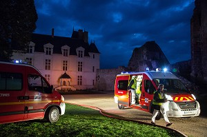 AMBULANCE DE NUIT, INTERVENTION SUITE A L'EFFONDREMENT DE GRADINS PENDANT UN SPECTACLE MUSICAL, EXERCICE DE SECURITE CIVILE, CHATEAU DE SAINTE-SUZANNE, MAYENNE (53), FRANCE