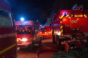 NORIA DES AMBULANCES DE SAPEURS-POMPIERS, INTERVENTION SUITE A L'EFFONDREMENT DE GRADINS PENDANT UN SPECTACLE MUSICAL, EXERCICE DE SECURITE CIVILE, CHATEAU DE SAINTE-SUZANNE, MAYENNE (53), FRANCE