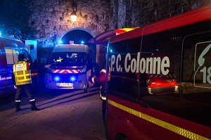 AMBULANCES DE SAPEURS-POMPIERS ET POSTE DE COMMANDEMENT, INTERVENTION SUITE A L'EFFONDREMENT DE GRADINS PENDANT UN SPECTACLE MUSICAL, EXERCICE DE SECURITE CIVILE, CHATEAU DE SAINTE-SUZANNE, MAYENNE (53), FRANCE
