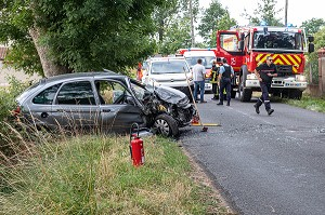 ACCIDENT DE LA ROUTE, SAPEURS-POMPIERS DU CENTRE D'INTERVENTION ET DE SECOURS DE ROANNE, LOIRE, FRANCE