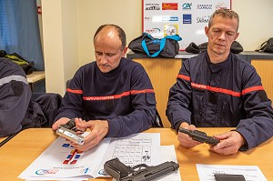 PRESENTATION DES ARMES DE POINT (PISTOLETS OU FACTICES) SAISIES PAR LA GENDARMERIE, FORMATION POUR FAIRE FACE AUX SITUATIONS D'AGRESSIVITE ET D'AGRESSIONS EN INTERVENTION SAPEURS-POMPIERS, CENTRE DE SECOURS DE CARNAC, MORBIHAN, FRANCE